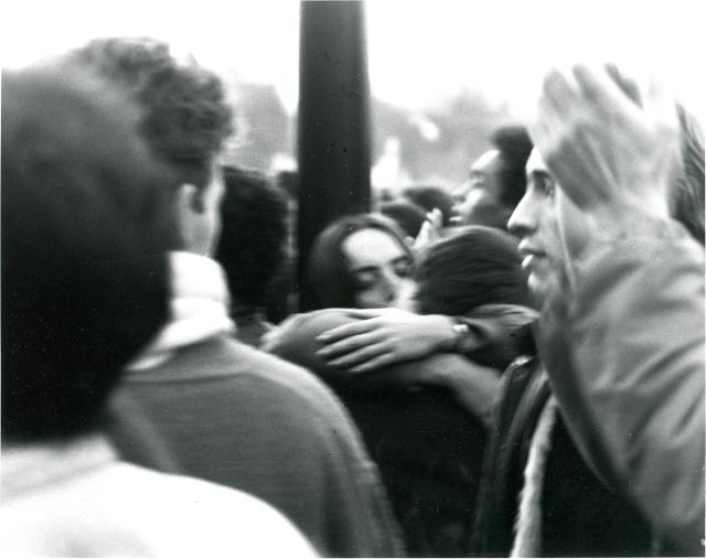 En 1986, j'étudiais dans un LEP de photographie, j'ai donc pris un certain nombre de clichés des manifestations, mais je ne retrouve rien de bien intéressant si ce n'est cette image de couple au milieu de la foule.