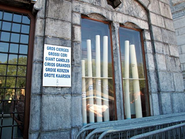 En cas de grosse demande, il faut brûler un gros cierge à 150 euros (Lourdes, le sanctuaire, photo bibi).