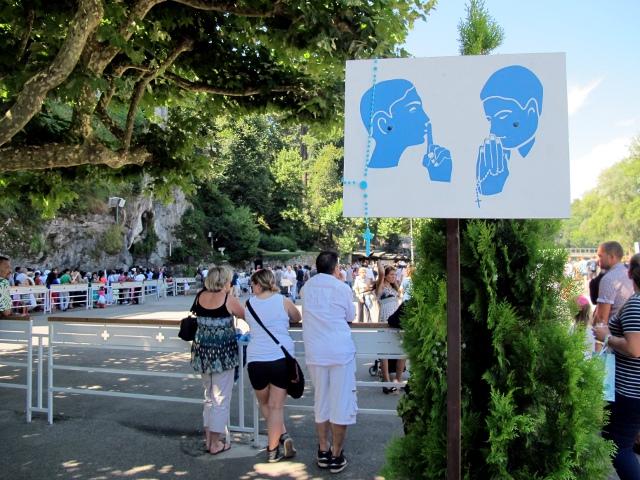 Le sanctuaire de Lourdes : tais-toi et prie ! (photo : bibi)