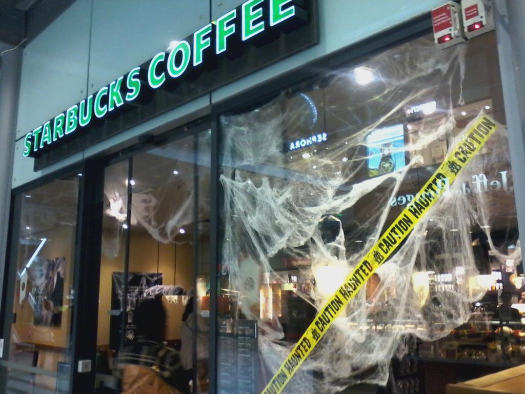 Le Starbucks de la gare Saint-Lazare, décoré pour Halloween.