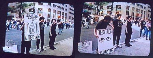 Une performance des Surveillance Camera Players devant une église: pourquoi mettre des caméras? Dieu ne voit-il pas tout?
