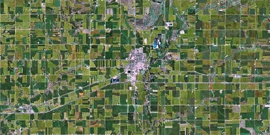 Un comté dans le Minnesota. La nature est découpée avec une grande précision en parcelles relatives à l'exploitation agricole humaine.