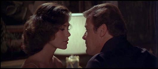 Corinne Dufour (Corinne Cléry), le pilote personnel de l'affreux Hugo Drax, succombe à James Bond
