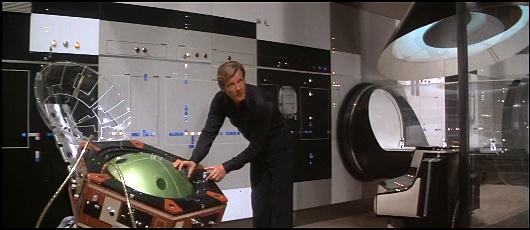 Dans Moonraker (1979), James Bond vérifie les effets d'un gaz dont il ignore tout en y exposant sciemment les scientifiques qui l'ont conçu. Il assiste ensuite sans affect à leur agonie.