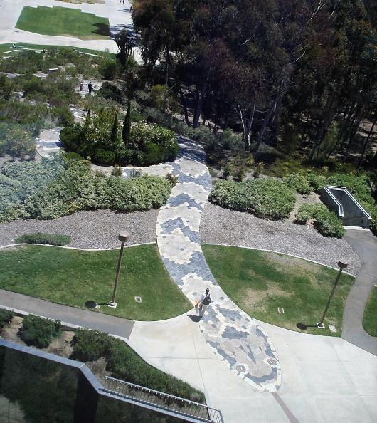 Le Snake Path qui mène à la bibliothèque Geisel à l'Université de San Diego.Photo de Travis Rigel Lukas Hornung (licence CC-SA)