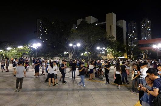 Des gens jouent à Pokemon Go à Shatin Park (Hong Kong), par Wpcpey , licence CC-SA.