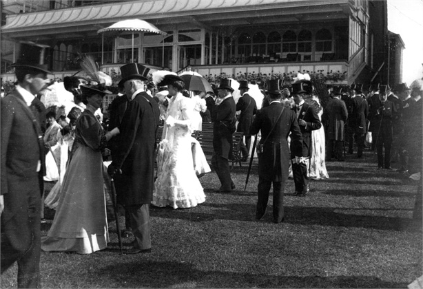 1900: Fashionable crowds at the Ascot Races. (Photo by Hulton Archive/Getty Images)