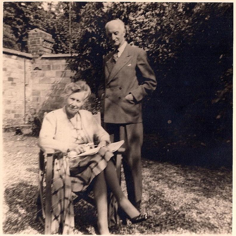 """Mes arrière-grands parents Florence Chamier-Deschamps (""""Mummy"""") et son mari Jean Lafargue (""""Daddy"""") dans le jardin de la maison qu'ils ont achetée en 1948 et où mon frère Jérôme, moi-même et nos familles respectives vivons."""